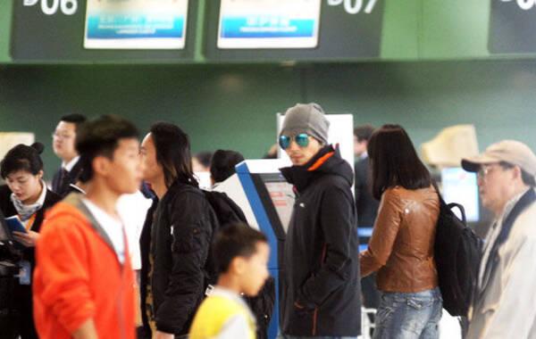 近日,谢霆锋完成电影拍摄后,现身上海虹桥机场,准备返回北京陪伴女友王菲。当天助手将办理完的登机牌送给霆锋之后,霆锋才下车跟着助理走进机场。一身休闲装扮的霆锋双手插口袋,不时拿出手机发信息,看到有镜头对准自己时,霆锋一脸严肃地直视镜头。