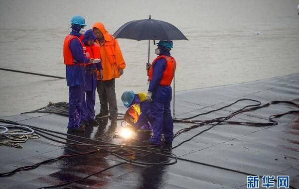 """6月4日早晨8时许,救援人员在""""东方之星""""船底切割第三个探孔,继续进行生命探测。目前,救援人员已在翻沉的""""东方之星""""船底打开了两个探孔,但均未发现生命迹象。救援人员又迅速将这两个探孔封上。"""