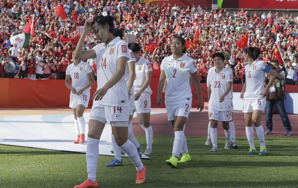 北京时间6月7日,2015年女足世界杯揭幕战在埃德蒙顿英联邦国家体育场上演。中国队0-1遭遇加拿大绝杀。上半场比赛王丽思任意球击中门框。下半场双方机会极少,加拿大在伤停补时阶段获得争议点球,中国队遭绝杀。