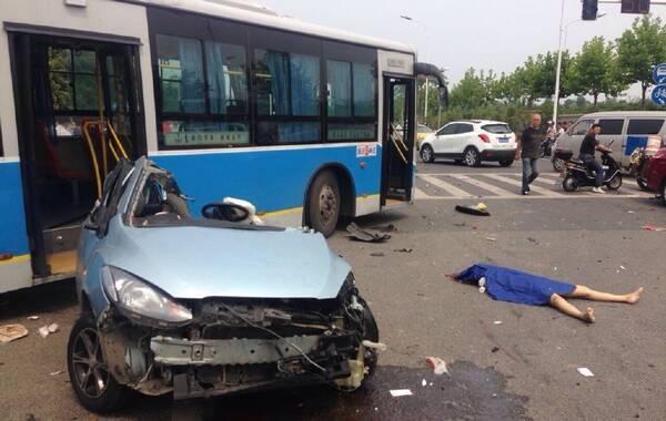 6月20日下午14时,南京石杨路友谊河路交界处发生重大交通事故,一陕西牌照宝马车撞上一正常行驶马自达轿车,马自达车内一男一女被撞飞,当场身亡,四辆车被轿车零部件砸到,不同程度受损。目击者称肇事司机当时闯红灯加速,已逃离现场。