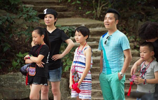 2015年7月7日,40岁的周艳泓携女儿现身深圳某景区录制一档音乐节目。当天她斜戴棒球帽,穿T恤短裤亮相,装扮俏皮年轻,并与孩子们互动耍宝,全程气氛轻松。