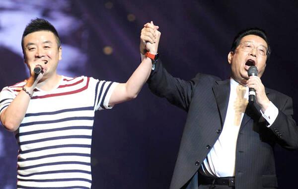 近日,李双江在沈阳盛京大剧院演出。当日是沈阳市演艺集团成立10周年活动,76岁的李双江与热情观众牵手高歌,精神矍铄。