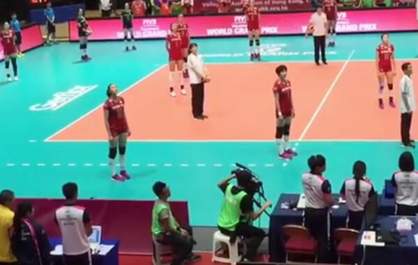 7月16日,在香港参加世界女排大奖赛的中国女排姑娘们就遇到了这样的意外,她们和现场的香港观众用行动给我们树立了榜样。这两天一则视频在网络上疯传,视频捕捉的是7月16日晚世界女排大奖赛香港站中国与泰国女排赛前的一幕。当时离比赛还有一段时间,不过中国女排和泰国女排早早就来到了比赛现场——香港红磡体育馆进行赛前热身。