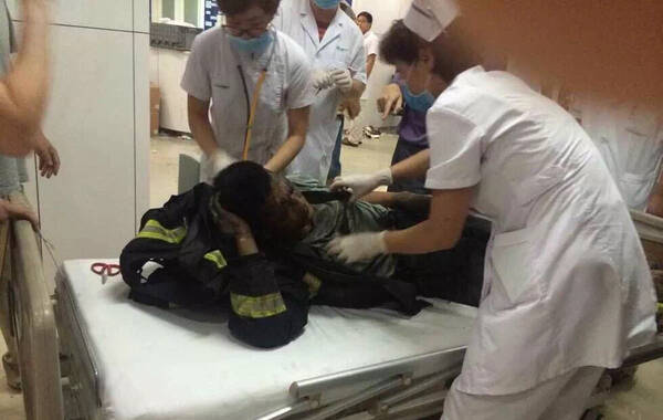 8月13日早6时至7时一小时时间内,距离爆炸现场仅3公里的泰达医院,已收到了六具消防员遗体。在爆炸中心,有7-8辆消防车被炸毁,车内遗留的对讲机上,还不断传来其他队员的声音。另据记者从天津消防武警总队得到消息,已有11名消防人员牺牲,36名失联。图为被运回来的消防员遗体,遗体仍保留着救援最后的姿势。