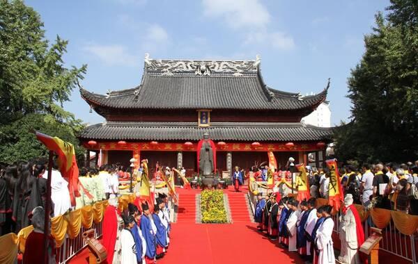 """为纪念孔子诞辰2566周年,进一步展示夫子庙儒学文化中轴线的独特魅力,弘扬儒家文化博大精深的""""礼""""、""""乐""""精髓,夫子庙于2015年9月28日举行9.28祭孔大典。以丰富多彩的活动,从不同角度和层次,展现孔子作为万世师表的独特风采,表达今人对至圣先师的敬仰和怀念。今年的祭孔大典,以""""仁""""为主题,在遵循往年祭孔流程的基础上增加了许多新的创意和亮点。"""