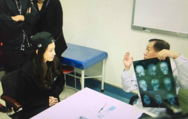 "Angelababy多年受""被整容""案件困扰,北京市朝阳区人民法院主审法官及代理律师近日多次建议baby在公证员监督下,接受权威医疗机构对其面部的全面检查、鉴定,并将相关报告作为维权证据。10月15日上午,全民星探爆料Angelababy按北京市朝阳区人民法院主审法官及代理律师的建议赴权威医疗机构对其面部进行全面检查、鉴定。当天,baby一身黑装打扮,在权威医疗机构进行面部鉴定,院长陆续鉴定额头、双眼皮、嘴唇、下巴、苹果肌、鼻梁、眼睛、耳朵等部位是否有过动刀。"