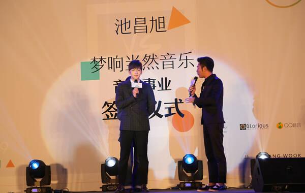 """凤凰音乐讯 曾主演韩剧《Healer》(《治愈者》)""""徐贞厚""""一角而大红的韩国男演员池昌旭,今日在京举行发布会,宣布与中国唱片公司梦响当然音乐签下音乐事业发展合约,将全力开拓中国市场。签约后,池昌旭将于11月底发行首张中文唱片,并将启动中国5个城市的粉丝见面会,首站11月28日于重庆举办,11月2日正式开票。"""
