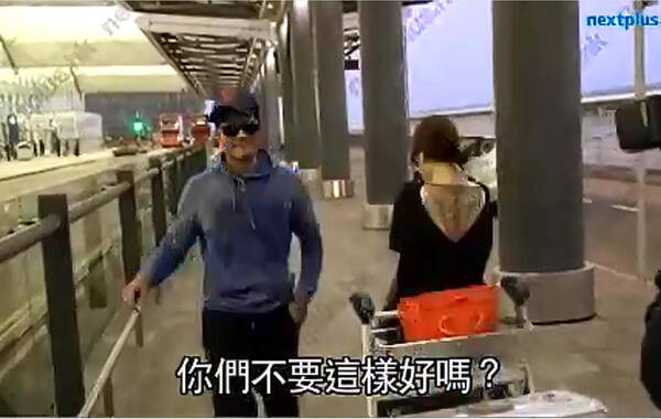 """12月1日晚,50岁的郭富城在微博高调公开恋情,更贴了一张牵手照,留言道:""""这样开车要慢一点"""",公开确认""""城嫂""""地位。据香港媒体""""壹周刊""""报导,11月28日,郭富城动用法拉利接女友出机场。"""