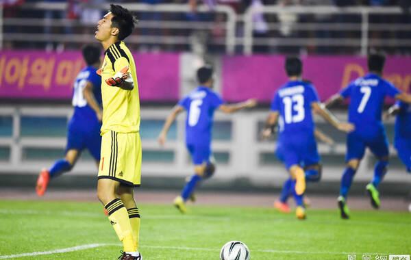 """2014年9月25日,韩国仁川,2014年仁川亚运会男足1/8决赛,中国国奥0-2不敌泰国遭到淘汰。比赛中泰国队形成了射门数25-5的优势局面;第33分钟,泰国队单刀快攻迫使杨挺领到红牌,以少打多的国奥在半场同对手战为0-0。进入下半场,去年""""1-5惨案""""中对中国队梅开二度的阿迪萨克-克莱松分别在第47分钟、76分钟打入两球,最终国奥0-2落败,被泰国队淘汰出局,泰国队晋级八强。"""