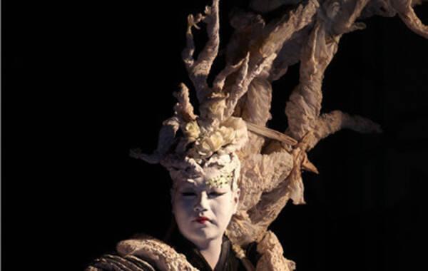 时值北京现代舞团二十周年之际,大型舞剧《二十四节气·花间十二声》将于6月12日至14日,再度在天桥剧院上演。这台舞剧曾作为北京现代舞团的创新剧目于2012年底首演,并出使多国巡演,获得国内国际一片赞誉。今年是北京现代舞团二十周年,在国家艺术基金的大力支持下,《二十四节气·花间十二声》作为二十周年系列演出第一棒,经由总导演高艳津子的重新编排,将以崭新的面目出现在观众面前。