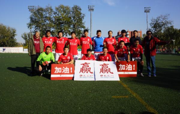 凤凰体育讯 北京时间10月31日13:00,第十一届(2015)网络媒体足球精英赛甲组决赛的比赛在北京体育大学体育场展开争夺,卫冕冠军凤凰网面对百度。上半场比赛凤凰网就由张伊冬、肖博捷和徐岳打进三球,下半场他们又打进两球,从而以5-0的比分夺冠,成就赛事四连冠。
