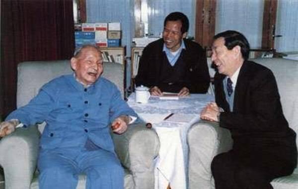 陈云是中国共产党早期领导人之一,在20世纪30年代初,即是中共中央政治局六成员之一。1991年5月9日,陈云在上海同朱镕基交谈