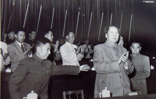 胡耀邦(1915—1989),湖南浏阳人。中国共产党、中国共产主义青年团和中华人民共和国重要领导人之一。(来源:照片中国的凤凰网博报)1957年5月15日下午,中国新民主主义青年团第三次全国代表大会在京开幕,图为开幕式上,胡耀邦与毛泽东、周恩来合影。这次大会决定将中国新民主主义青年团改称中国共产主义青年团,简称共青团。