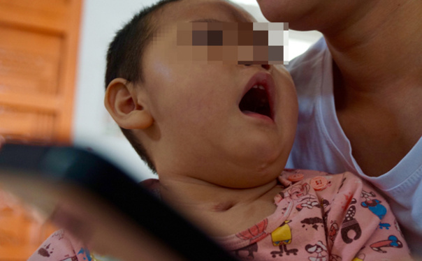 凤凰/去凤凰新闻看『一个疫苗受害家庭的抗争』