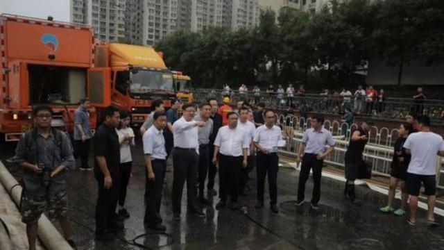 现场:北京暴雨致大积水,市长陈吉宁指挥排险