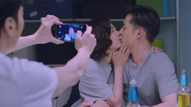 视频:郑秋冬熊青春饭桌上接吻,还让舍友来拍照