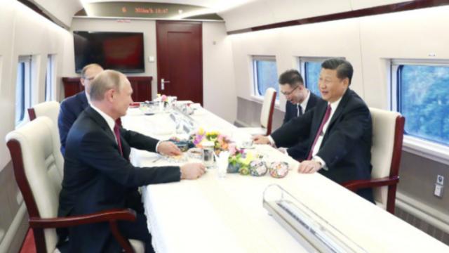 习近平同普京乘高铁赴天津 普京:坐火车有浪漫的感觉