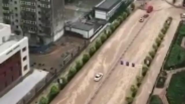 """甘肃大暴雨,兰州市区马路都变成""""黄河""""了"""