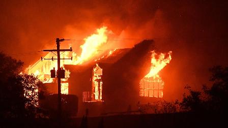 加州山火最新实拍!小镇如地狱,满天灰尘