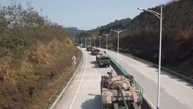 中国陆军重装部队亮相南部沿海!