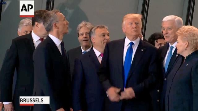 闪开!你挡住宝宝了 特朗普一把推开黑山总理