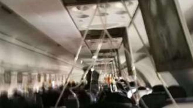 乘客回忆生死时刻:一声巨响后 飞机极速失重坠落