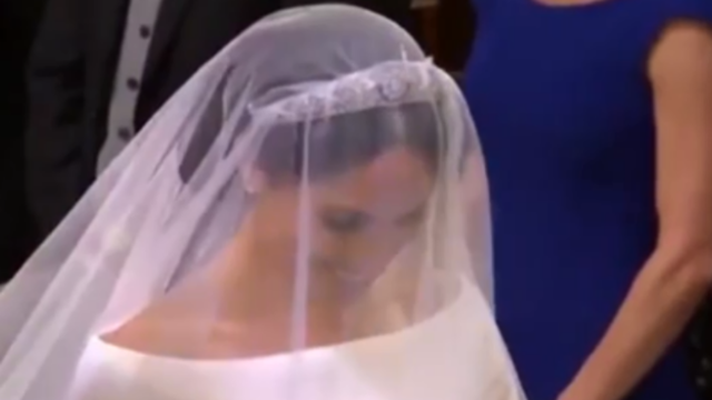 """哈里王子深情凝视称赞""""你真美"""" 新娘娇羞低下头"""