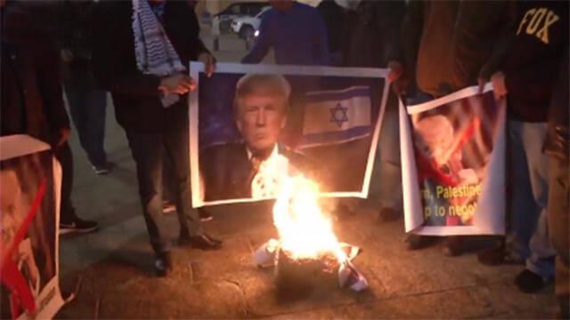 巴勒斯坦民众怒烧特朗普画像 抗议大使馆迁移