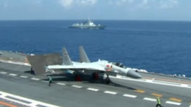 习近平察看辽宁舰歼-15起飞训练 4架战机先后腾空起飞