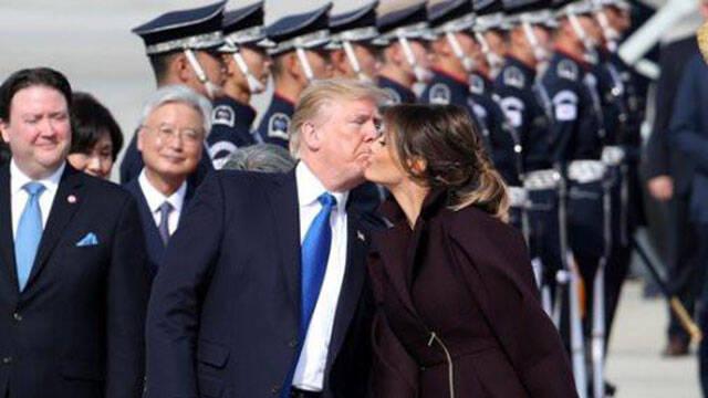 特朗普抵达韩国 下飞机先和夫人当众亲吻