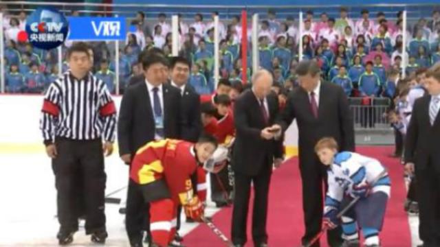 现场视频:习近平与普京为中俄青少年冰球友谊赛开球