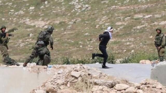 巴勒斯坦少年蒙眼戴手铐拼命奔逃