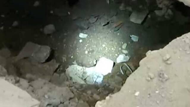 地板突然塌陷 地下惊现青砖墙体