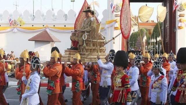 新泰王乘轎子巡游 接受民眾朝拜