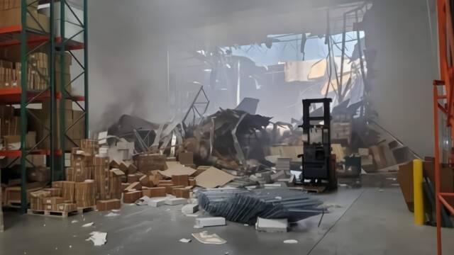 美军战机坠毁 屋顶被砸出大洞