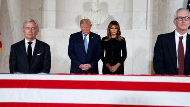 特朗普夫妇悼念前大法官