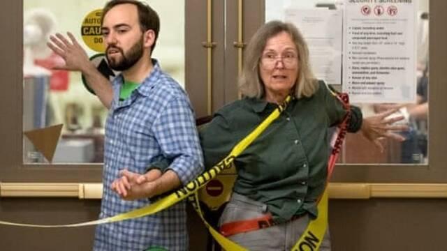 美环保人士用强力胶把自己粘在国会门上