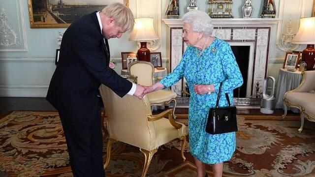 约翰逊接受女王任命现场