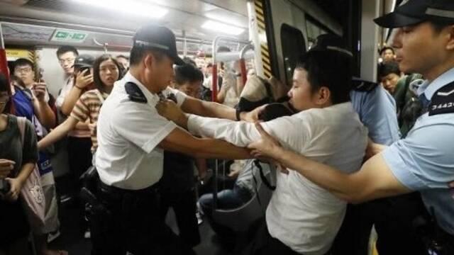 香港闹事者上班高峰期恶意堵地铁