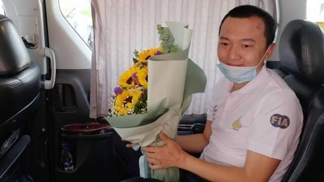 香港机场被打记者坐车离开医院