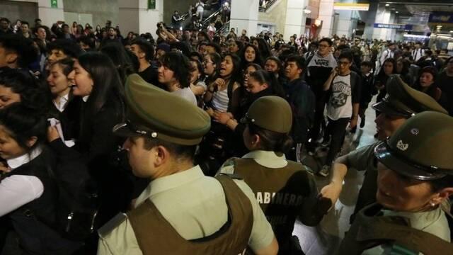 智利首都暴力抗议现场