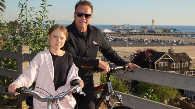 施瓦辛格与瑞典环保少女一起骑行