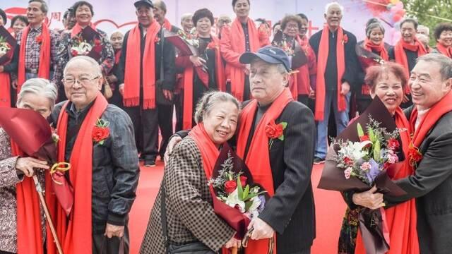 45对夫妻同时举办金婚庆典