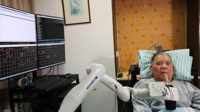 """浙江72岁高位截瘫患者用""""意念""""喝可乐打麻将 国内首例"""