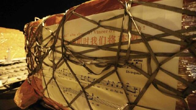 中国援意物资上写有图兰朵歌词