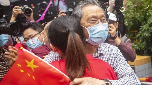 广州:钟南山迎接援鄂医疗队归来 和队员热烈拥抱