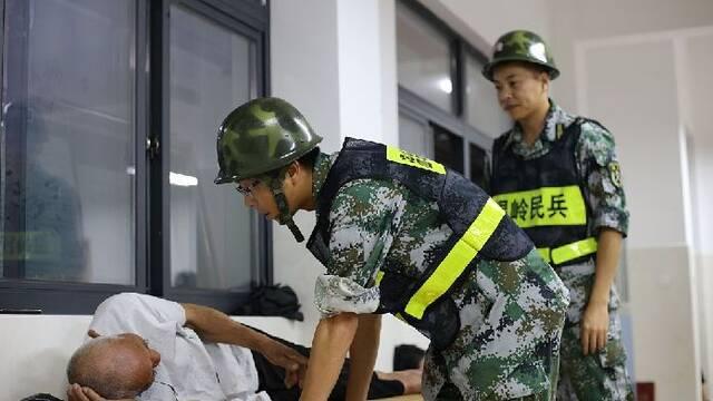 """浙江温岭:群众安置点内避台风""""黑格比"""""""
