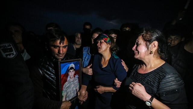 高加索硝煙起 民眾深夜為陣亡士兵舉行葬禮