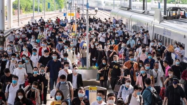 鐵路迎來國慶中秋假期客流高峰 南京火車站人頭攢動