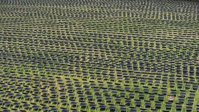白宮外擺放2萬張空椅子悼念新冠逝者